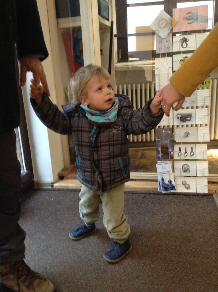2jähriger Junge kauft erste Schuhe